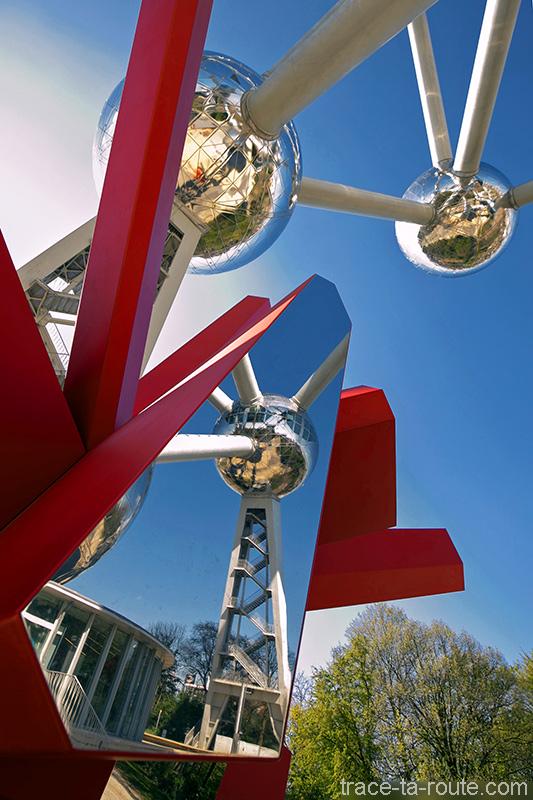 """Reflet de l'Atomium de Bruxelles dans la sculpture rouge """"RockGrowth"""" d'Arik LEVY"""