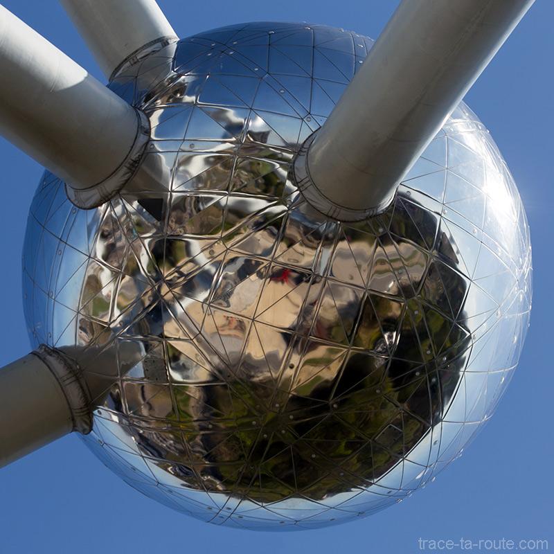 Reflet à la surface d'une sphère de l'Atomium de Bruxelles