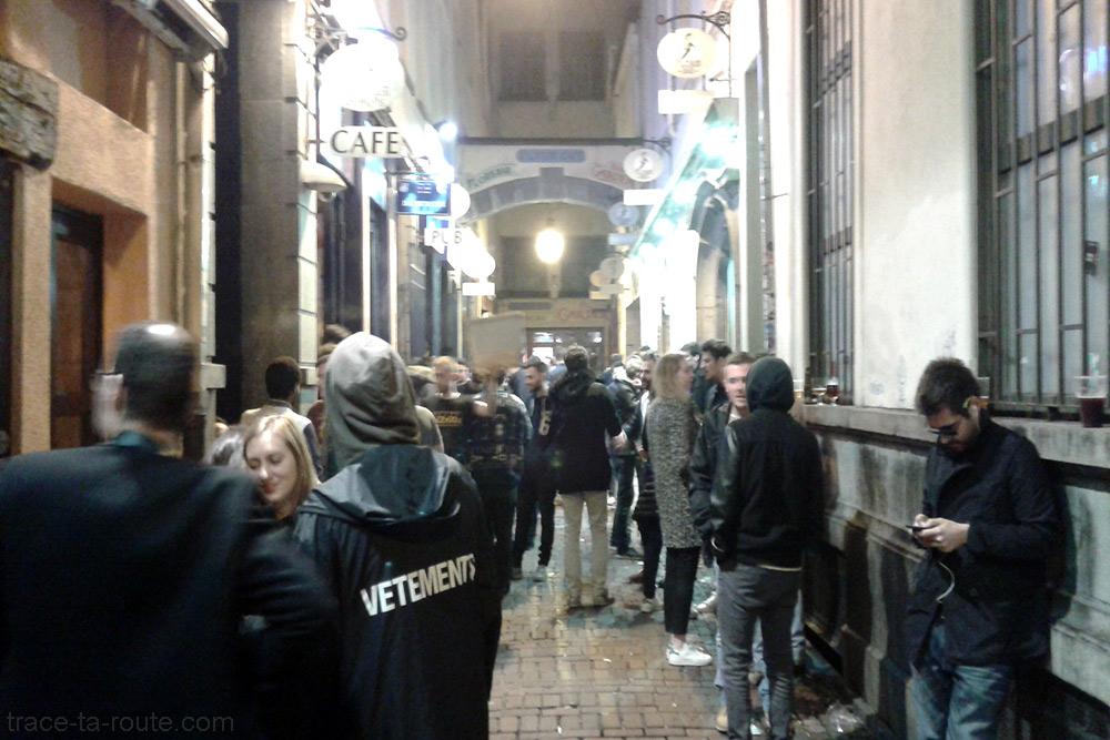 Rue des bars Delirium Café le soir, Impasse de la Fidélité à Bruxelles