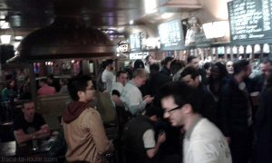 Un vendredi soir à l'intérieur du bar Delirium Café de Bruxelles