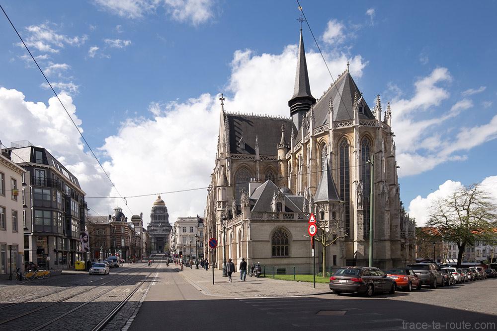 L'Eglise Notre-Dame du Sablon avec le Palais de Justice de Bruxelles au bout de la Rue de la Régence