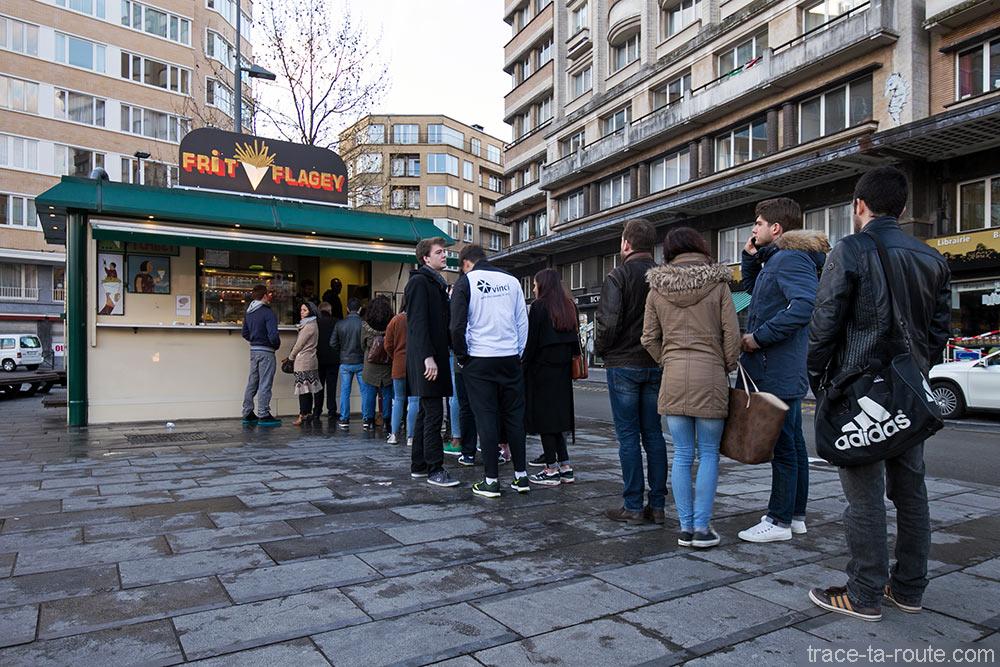 File d'attente à la friterie belge Frit Flagey de Bruxelles