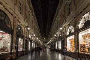 Vitrines des boutiques à l'intérieur des Galeries Royales Saint-Hubert à Bruxelles
