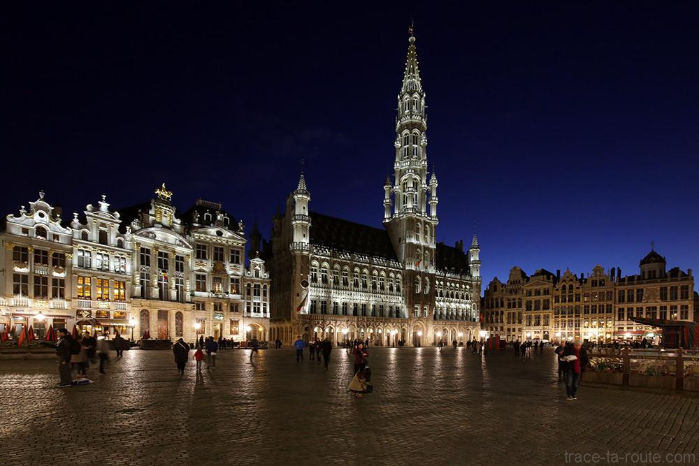 La Grand-Place de Bruxelles (Grote Markt) de nuit, Hôtel de Ville et sa flèche