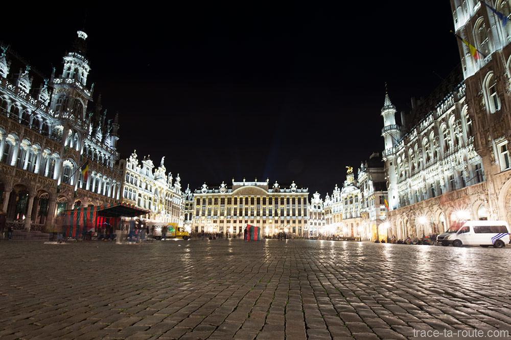 Les pavés de la Grand-Place de Bruxelles (Grote Markt) de nuit : la Maison du Ro, la Maisonnées Ducs de Brabant et l'Hôtel de Ville