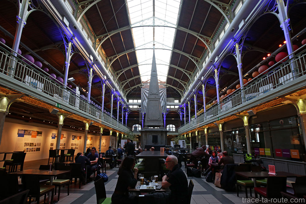 Fontaine Saint-Géry et bar à l'intérieur des Halles Saint-Géry de Bruxelles