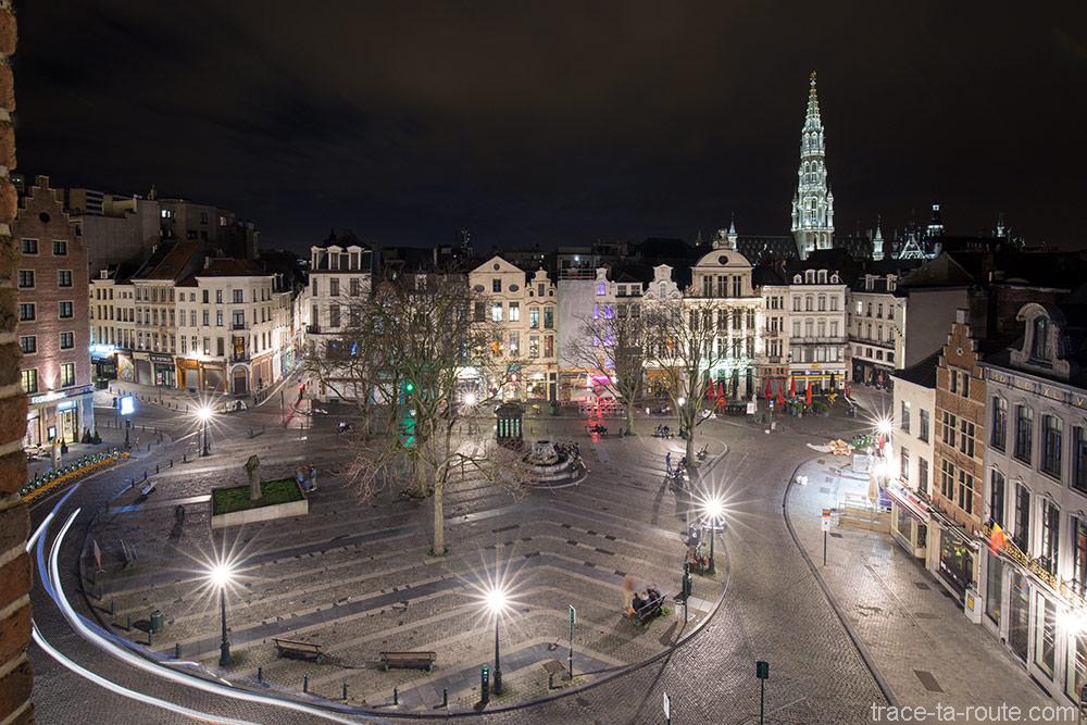 Vue de nuit sur la Place du Marché aux Herbes et la flèche de l'Hôtel de Ville de Bruxelles depuis la chambre d'hôtel Ibis