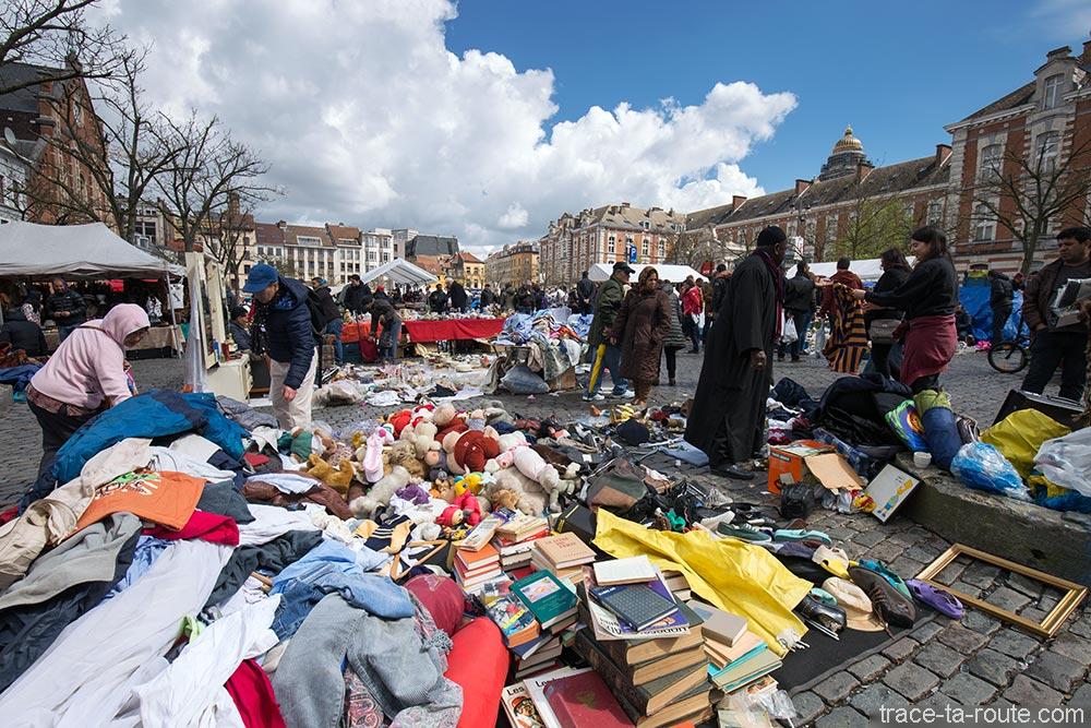 Étals du marché brocante sur la Place du Jeu de Balle - Quartier des Marolles à Bruxelles