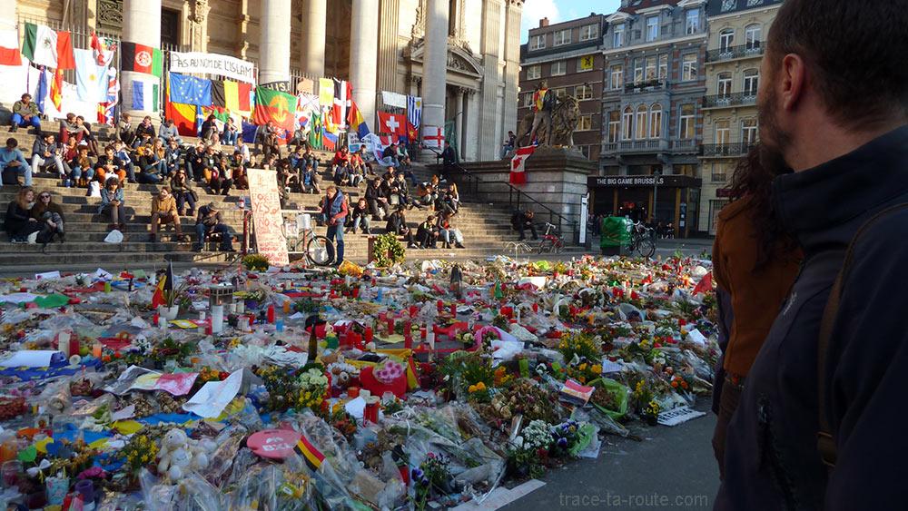 Hommage Place de la Bourse de Bruxelles : fleurs, bougies, pancartes...
