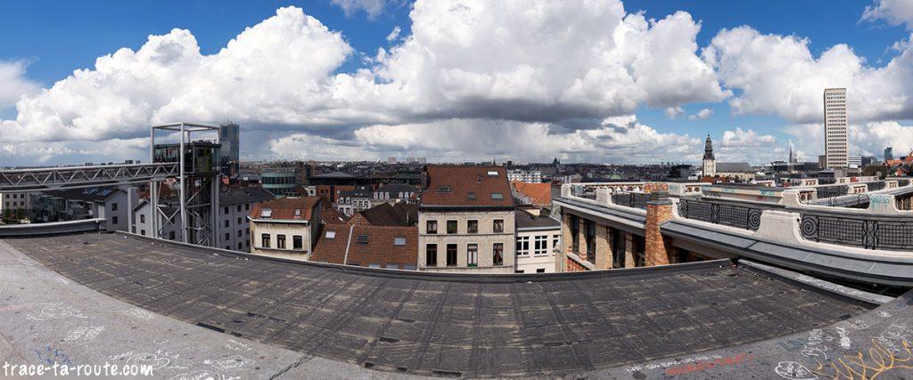 Vue panoramique sur Bruxelles depuis la Place Poelaert et le Palais de Justice de Bruxelles avec l'ascenseur des Marolles