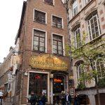 Façade et terrasse du restaurant-bar à bières Poechenellekelder, rue du Chêne à Bruxelles, en face du Manneken Pis