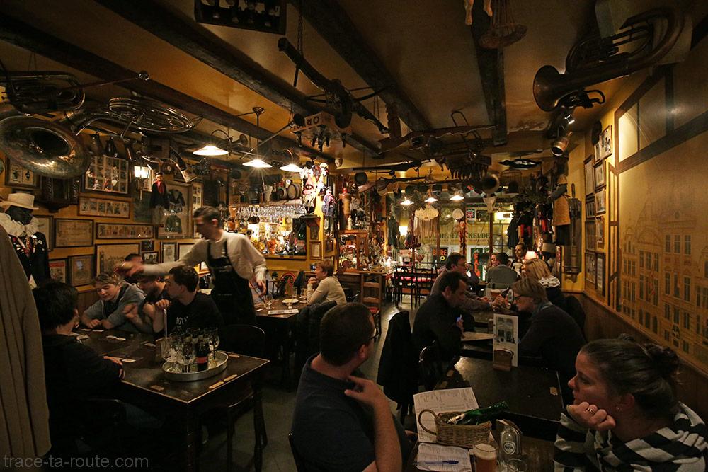 Décoration à l'intérieur du restaurant-bar à bières Poechenellekelder à Bruxelles