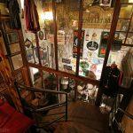 Escaliers et décoration à l'intérieur du restaurant-bar à bières Poechenellekelder à Bruxelles