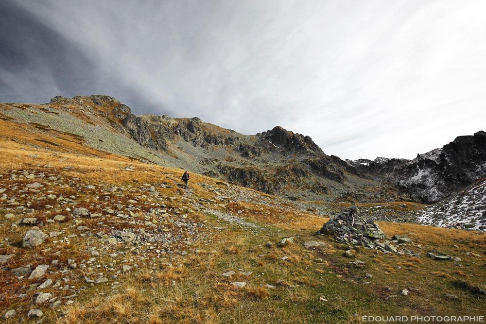 Cairn dans la montée du sentier de randonnée au Grand Colon en Belledonne