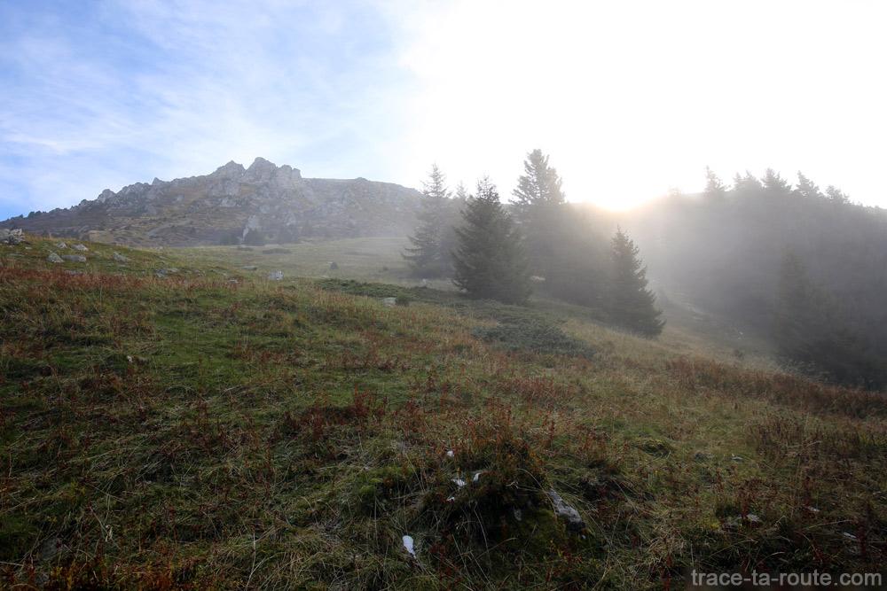 Soleil à travers la brume au Grand Colon en Belledonne
