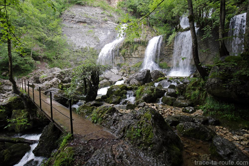 Cascade de la Doriaz - Sentier de randonnée à la Croix du Nivolet, retour à Lovettaz par le Col de la Doriaz