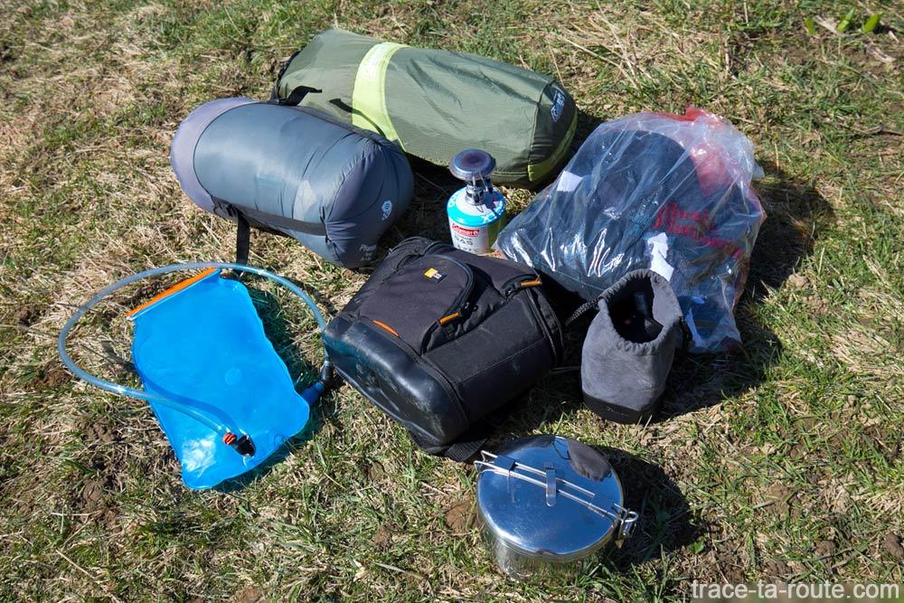 Contenu matériel bivouac dans le sac à dos Osprey Atmos AG 65 (test)