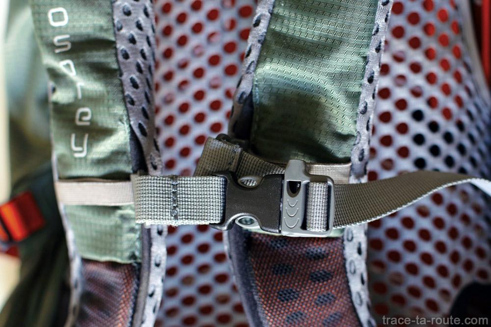 Test du sac à dos Osprey Atmos AG 65 : bretelles, clips pectoral et sifflet