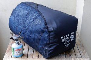 Le sac de couchage PHANTOM TORCH 3° de Mountain Hardwear dans sa housse de stockage