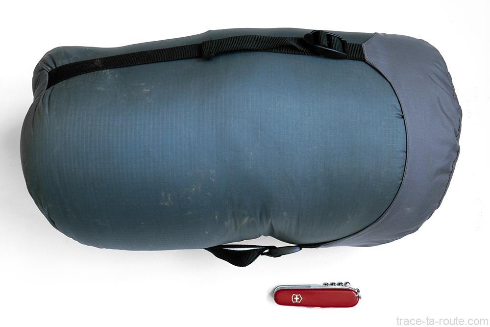 Le sac de couchage PHANTOM TORCH 3° de Mountain Hardwear dans sa housse de compression