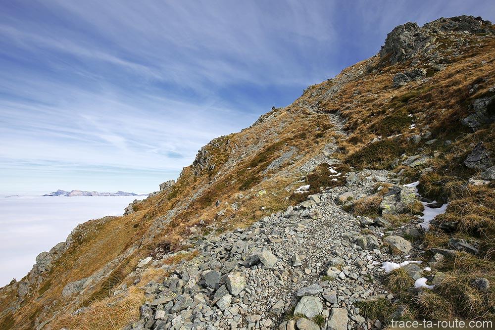 Sentier de randonnée sur le plateau pentu du Grand Colon en Belledonne