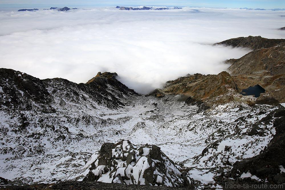 Sommets du Massif de la Chartreuse et Lac du Crozet au-dessus d'une mer de nuages depuis la Pointe au sommet du Grand Colon