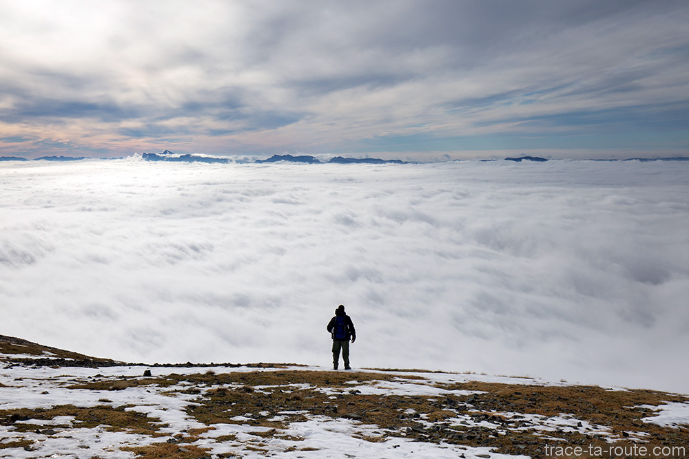 Randonneur presque moine au-dessus d'une mer de nuages sur le Grésivaudan avec le Vercors en fond, depuis le Grand Colon en Belledonne