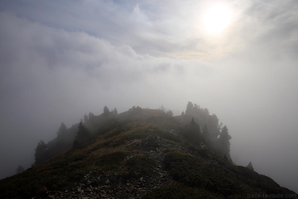 Lueur du soleil à travers une mer de nuages au Grand Colon en Belledonne