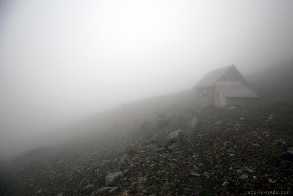 La Baraque du Colon dans la brume d'une mer de nuages au Grand Colon en Belledonne