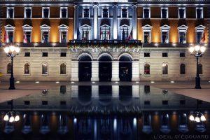 Hôtel de Ville d'Annecy de nuit et reflets dans la bassin de la mairie © L'Oeil d'Édouard