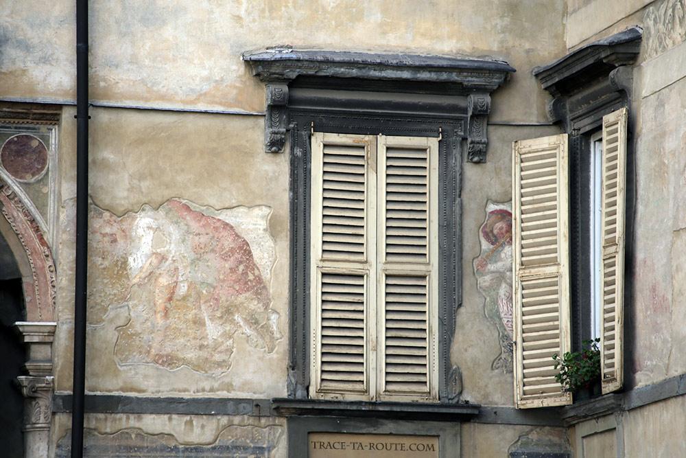 Fresques sur les façades de la Piazza della Cittadella à Bergame (Città Altà Bergamo)