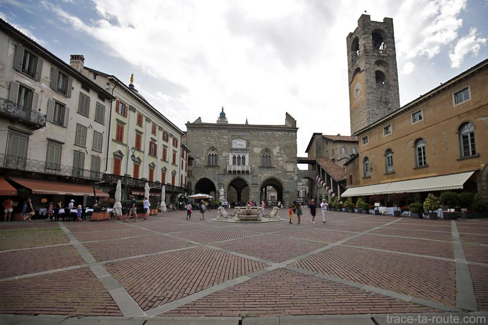 Piazza Vecchia de Bergame (Città Altà Bergamo) Fontaine, Palazzo della Ragione et Torre Civica / Campanone