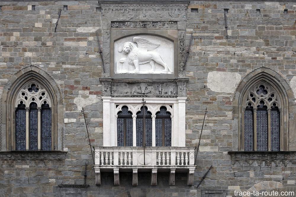 Lion ailé vénitien sur la façade du Palazzo della Ragione - Piazza Vecchia de Bergame (Città Altà Bergamo)