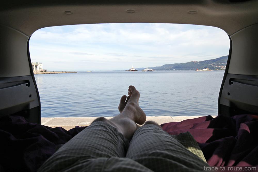 Road Trip Italie du Nord : Paysage Mer Adriatique Trieste depuis aménagement coffre break Dacia Logan MCV pour dormir dedans
