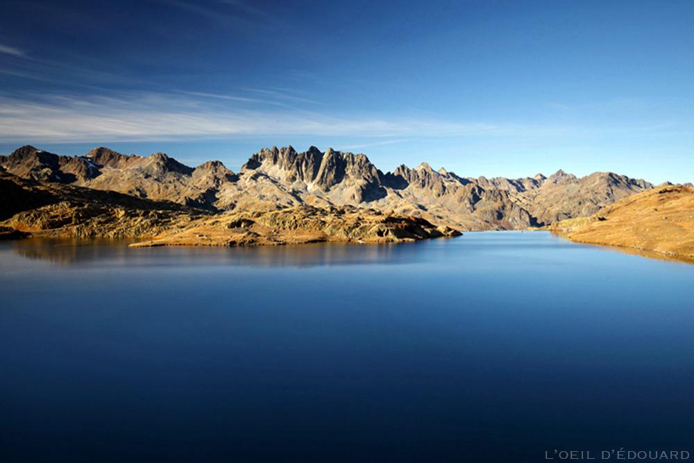 Lac Bramant (Maurienne) aves les Aiguilles de l'Argentière (Belledonne) en arrière-plan © L'Oeil d'Édouard