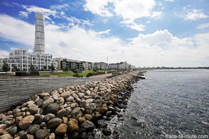 Turning Torso et bord de mer Daniaparken à Västra Hamnen à Malmö en Suède