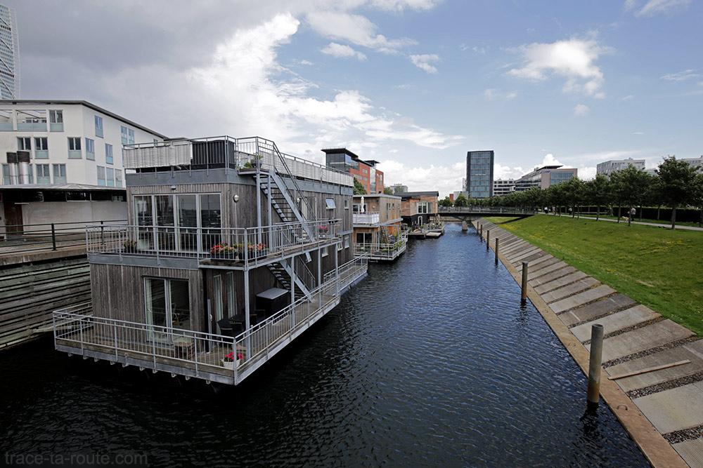 Maisons flottantes dans le quartier Västra Hamnen à Malmö en Suède
