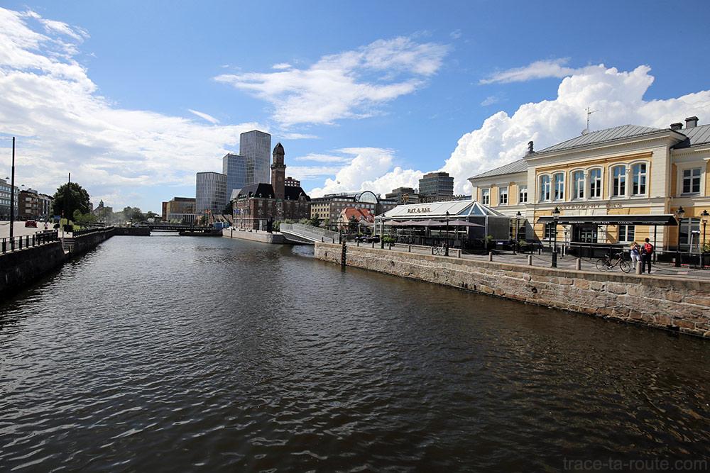 Canal de Malmö avec bâtiments World Maritime University et Malmö Live Konserthus sur Högskola, Suède