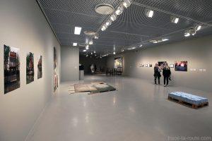 """Salle exposition intérieur Musée d'Art Moderne de Malmö """"Moderna Museet"""" en Suède"""