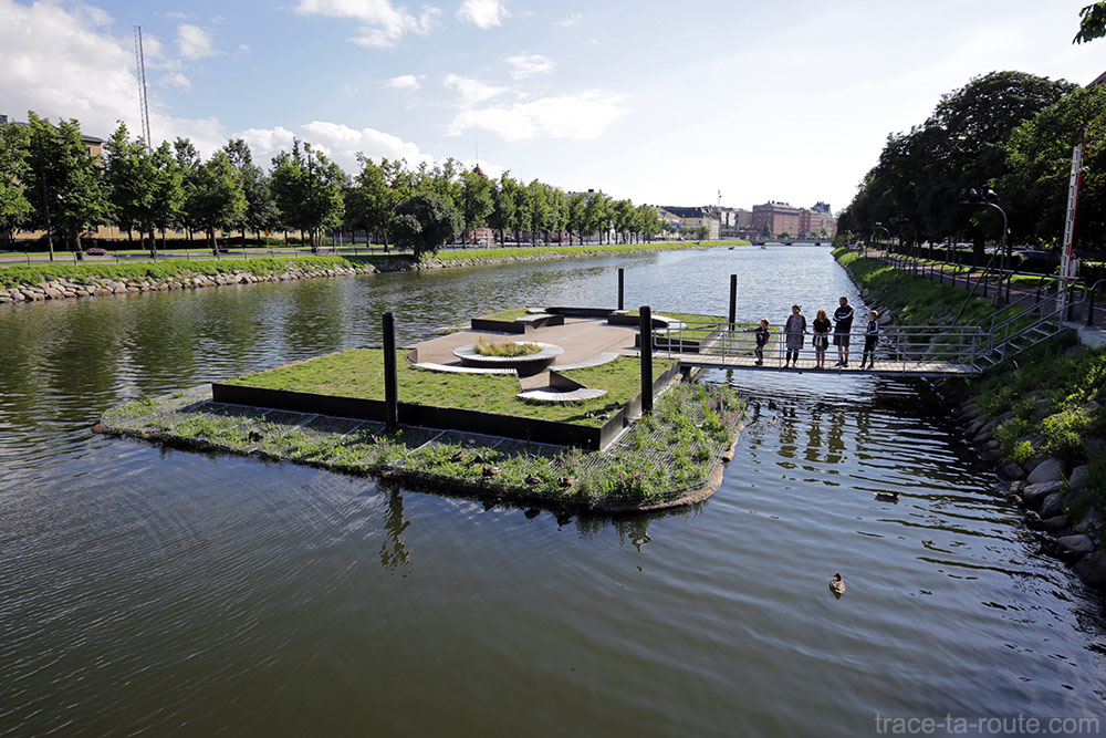 Plateforme flottante sur le canal Rörsjökanalen de Malmö en Suède