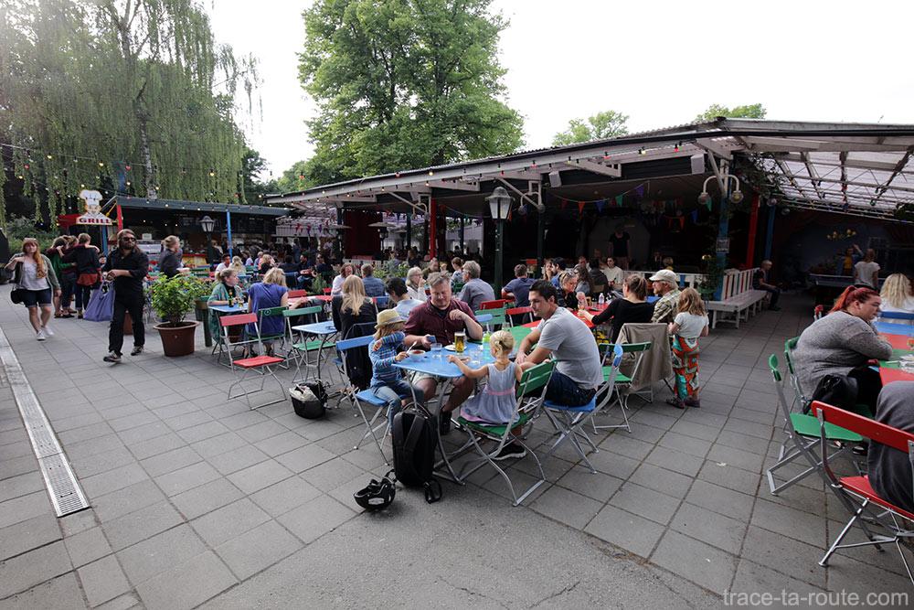 Terrasse de bars et restaurants au Folkets Park de Malmö, Suède
