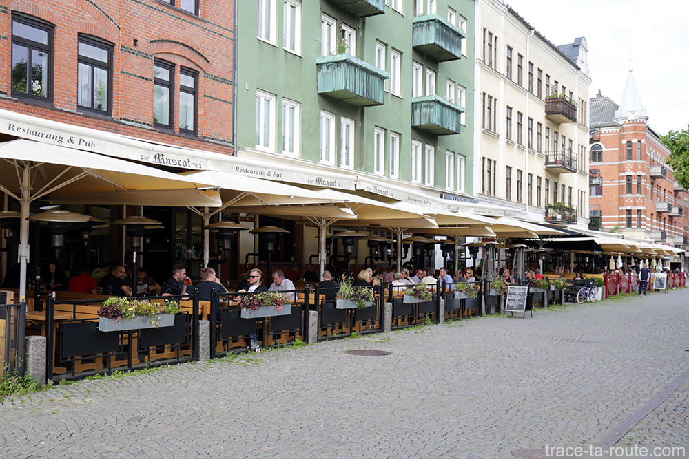 Terrasses de restaurants sur la place Mollevangstorget de Malmö, Suède