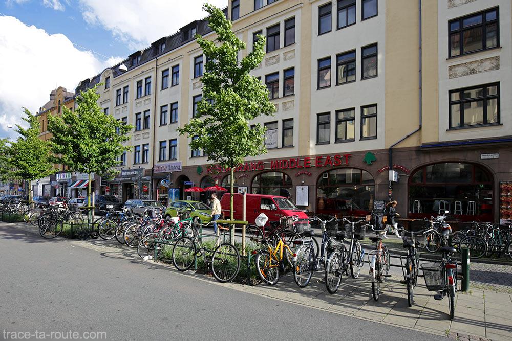 Vélos dans la rue Smedjegatan vers la place Mollevangstorget de Malmö, Suède