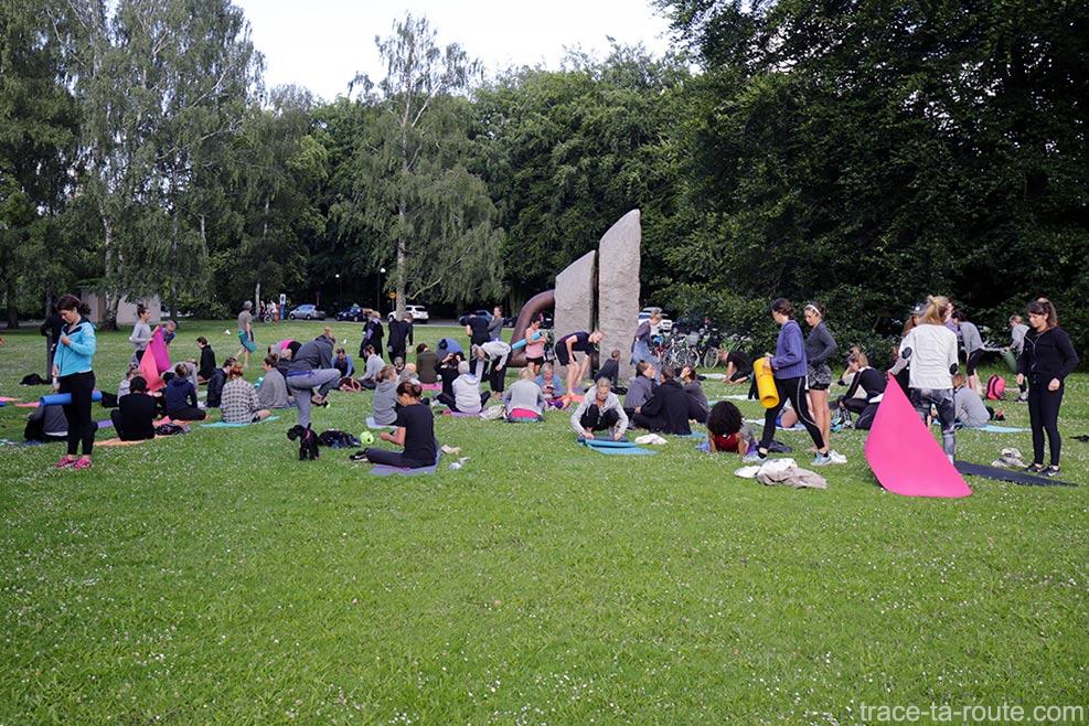 Yoga dans le parc Pildammsparken de Malmö en Suède