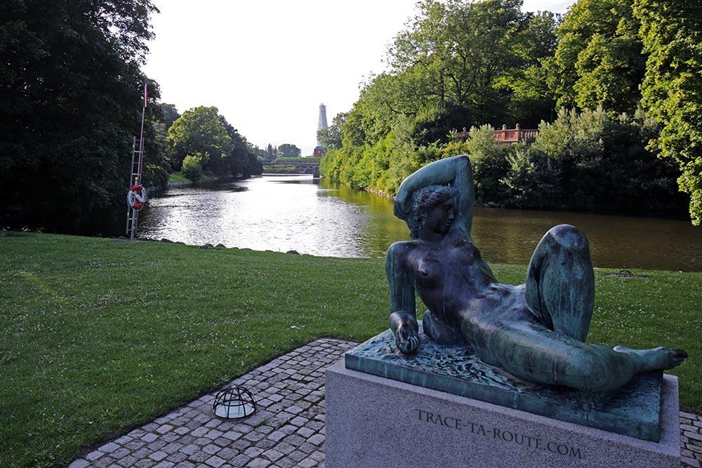Statue et canal dans le parc Slottsparken de Malmö en Suède
