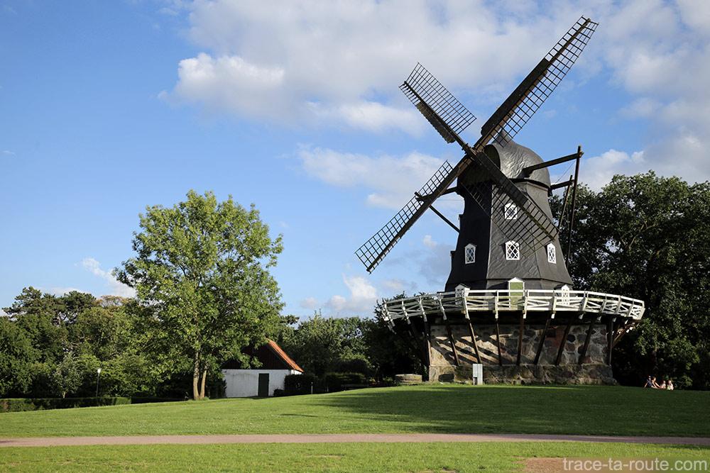 Moulin à vent Slottsmollan Lac dans le parc Slottsträdgården de Malmö en Suède