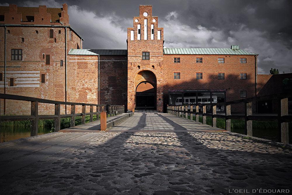 Pont d'entrée du Château Malmöhus Slott dans le parc Slottsträdgården de Malmö en Suède © L'Oeil d'Édouard
