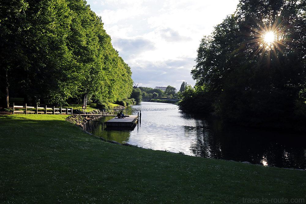 Canal dans le jardin Slottsträdgården de Malmö en Suède