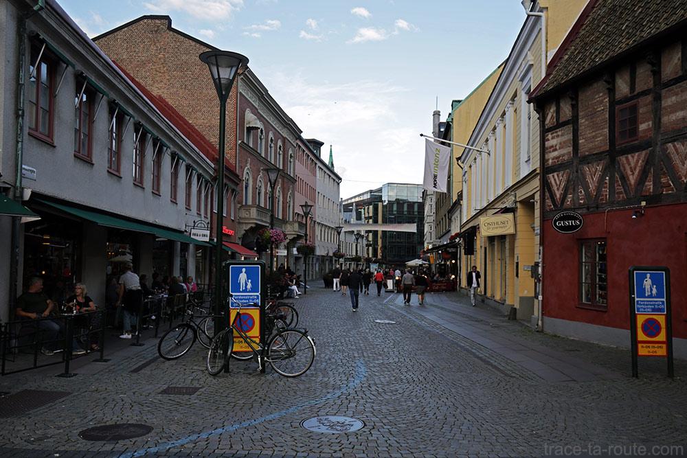 rue Skomakaregatan vers la Place Lilla Torg de Malmö en Suède