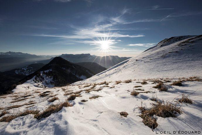 Sommet de la Pointe de la Galoppaz sous la neige en hiver avec le Pic de la Sauge - Massif des Bauges - Randonnée raquettes © L'Oeil d'Édouard
